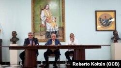 Tomás Regalado (centro) Director de OCB Radio y Televisión Martí junto a los periodistas Alvaro Alba (izq.) y José Alfonso Almora (der.).