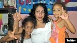 La dama de blanco Aymara Nieto Muñoz, junto a sus hijas.