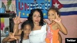 Aymara Nieto Muñoz junto a sus hijas.