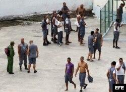 Varios reclusos permanecen en el patio de la prisión Combinado del Este.