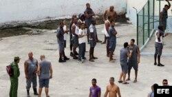 Varios reclusos permanecen en el patio de la prisión Combinado del Este