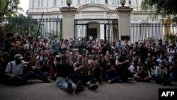Artistas cubanos frente al Ministerio de Cultura en una protesta el 27 de noviembre de 2020. YAMIL LAGE / AFP