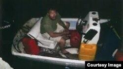 Imagen distribuida por la Oficina del Alguacil del Condado Monroe en la que se ve al fugitivo robando el bote.