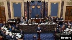El presidente de la Comisión de Inteligencia de la Cámara de Representantes, Adam Schiff, habla el martes ante el pleno del Senado en la primera sesión del juicio político al presidente Donald Trump.