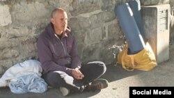 Ariel Ruiz Urquiola en huelga de hambre frente a la oficina de la Alta Comisionada de DDHH en Ginebra.