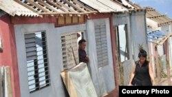 En Maisí: Pocos techos de fibrocem o de zinc quedaron completos tras el paso del huracán Matthew (Venceremos)