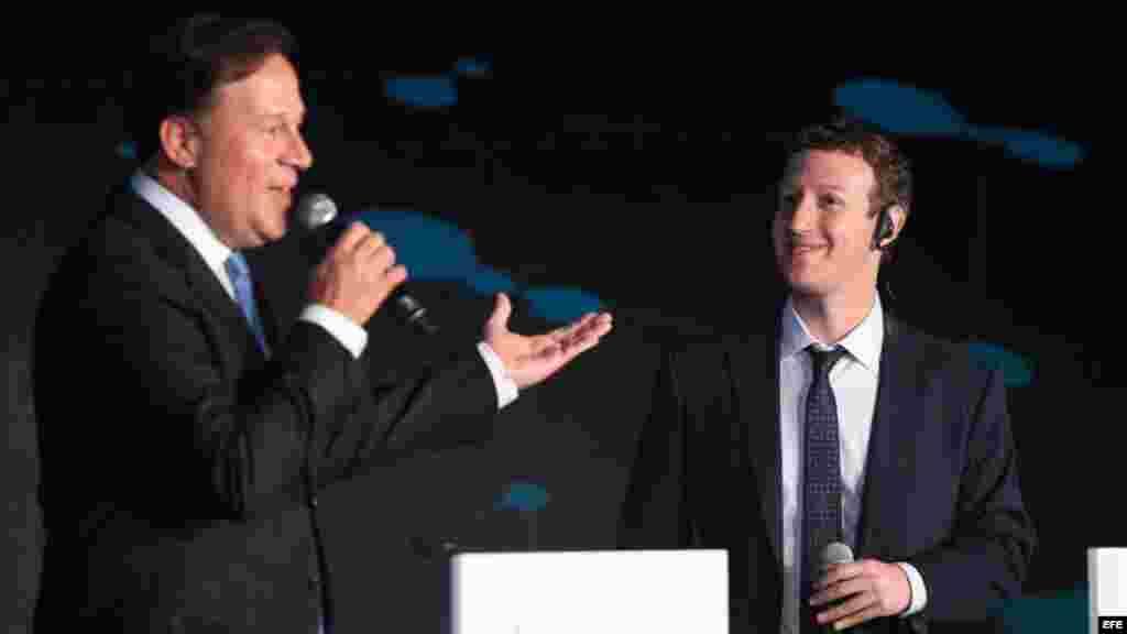 El fundador de Facebook, Mark Zuckerberg (d), escuchó al presidente de Panamá, Juan Carlos Varela.