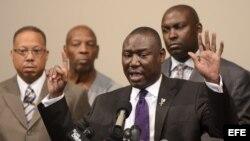 Familiares del joven de la raza negra, Michael Brown, muerto por acción policial en Fergunson.