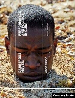 """Carlos Martiel, en la portada del libro """"Movidas peligrosas: políticas y performance en Cuba"""", (Tate Publishing, 2015), de la académica Coco Fusco."""