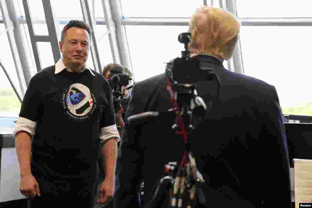Elon Musk, presidente de SpaceX, habla con el presidente Donald Trump en Cabo Cañaveral, el 30 de mayo del 2020.