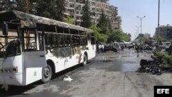 Vista del estado en que ha quedado el lugar tras el atentado contra el convoy en el que viajaba el primer ministro sirio.