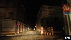 Una calle a oscuras tras el apagón, en la ciudad de Camagüey. (EFE/Archivo)
