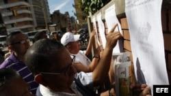 Fotografía de archivo. Varios venezolanos buscan su puesto de votación en Caracas.