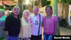Oktay Basyurt (izq.) junto a huéspedes del Hotel Manuela, en el balneario de Bodrum.