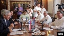 Foto Archivo. El ministro de Relaciones Exteriores de Cuba Bruno Rodríguez (d) conversa con su homologo de Chile Heraldo Muñoz (i).
