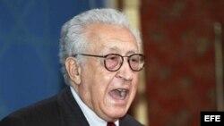 El enviado conjunto de la Liga Árabe y de la ONU para Siria, Lakhdar Brahimi, comparece ante los medios.