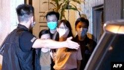 Anne Chow, prominente activista de Hong Kong durante su arresto el 10 de agosto de 2020. (Daniel Suen / AFP).