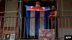 Habaneros provistos de nasobuco se disponían la mañana del viernes a pasar el 1ro de mayo en casa en medio de la pandemia del coronavirus (Yamil Lage/AFP).