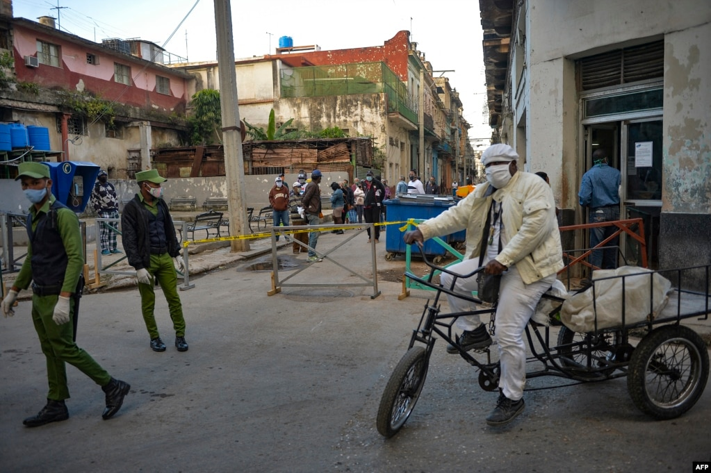 Polizisten überwachen Gebiete mit Coronavirus-Beschränkungen. | Bildquelle: Radio Televisión Martí | Bilder sind in der Regel urheberrechtlich geschützt