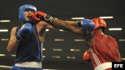 Imagen de archivo del púgil cubano Lenier Pero (d) quien intercambia golpes con el argentino Yamir Peralta (i)
