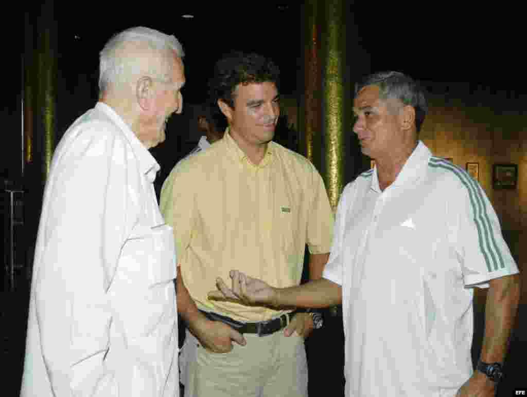 El presidente del Comité Olímpico Cubano y vicepresidente del Consejo de ministros de Cuba, José Ramón Fernández a la izquierda con la ropa de la marca Adidas.