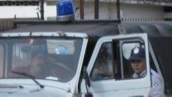 Opositor agredido por policía continúa detenido
