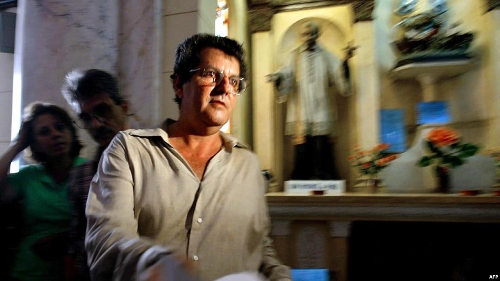 Oswaldo Payá lee una declaración en una iglesia de La Habana, el 3 de octubre de 2003, luego de entregar más de 14,000 firmas que respaldan el Proyecto Varela y solicitan un referéndum sobre el cambio político y económico en Cuba. (Adalberto Roque / AFP).