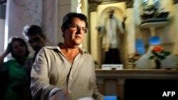 Oswaldo Payá lee una declaración en una iglesia de La Habana el 3 de octubre de 2003, luego de entregar más de 14,000 firmas que respaldaban el Proyecto Varela y pedían un referendo sobre el cambio político y económico en Cuba.