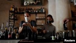 Diana Figueroa prepara tragos para llevar en su restaurante en La Habana.