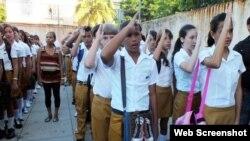 Uniformes para estudiantes de enseñanza secundaria en Cuba