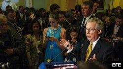 El senador republicano Mitch McConnell (d) habla durante una rueda de prensa en el Capitolio en Washington, D.C. Archivo.