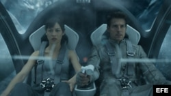"""La actriz Olga Kurylenko en el papel de Julia y el actor Tom Cruise en el papel de Jack, en la película de ciencia ficción """"Oblivion""""."""