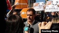 Albert Rivera y manifestantes cubanos en el consulado de Barcelona, con pancartas sobre Zapata Tamayo. Foto: Jorge Ignacio Pérez.