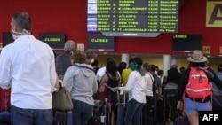 Viajeros esperan sus vuelos de regreso a casa en el Aeropuerto Internacional José Martí de La Habana.
