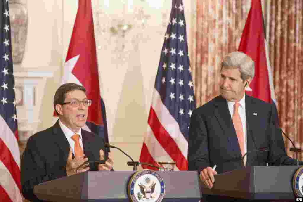 El secretario de Estado de EEUU John Kerry y el ministro cubano de Relaciones Exteriores, Bruno Rodríguez (d-i), durante la rueda de prensa.