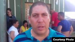 Médico cubano buscó sin éxito trabajo en Ecuador.