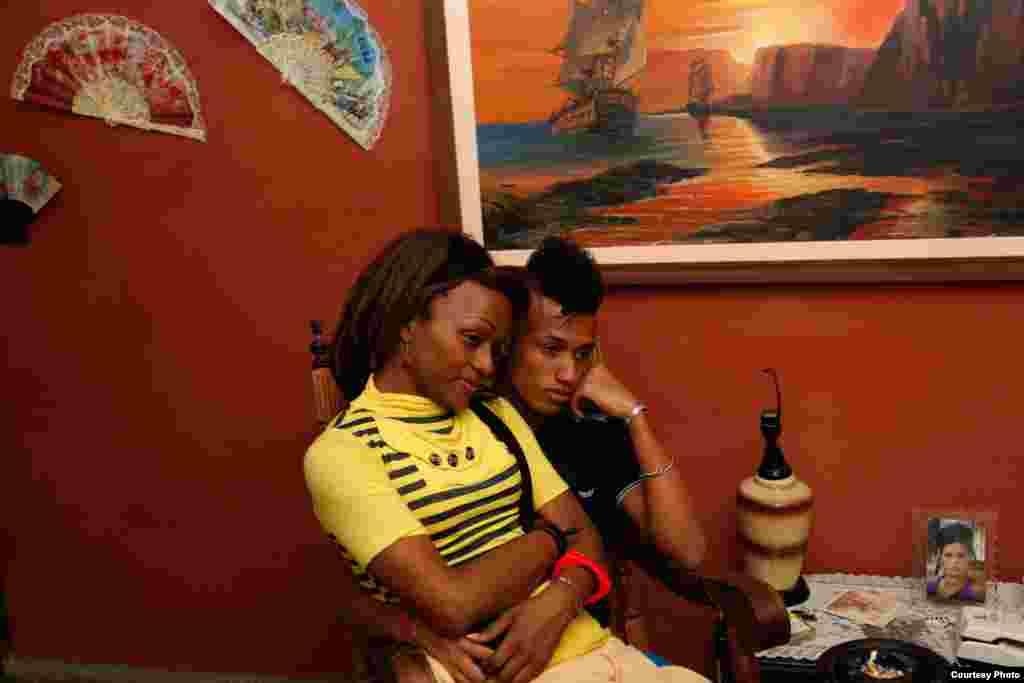 Nomi y su novio Miguel viendo TV en el apartamento de Malú.