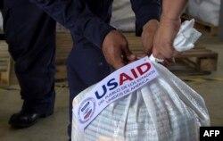 Una bolsa con ayuda humanitaria para los venezolanos enviada por USAID, en el centro de acopio de Cúcuta, en Colombia.