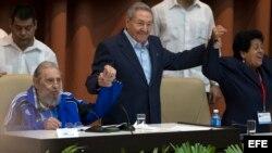 Raúl Castro toma de la mano a su hermano Fidel durante la clausura del VII Congreso del Partido Comunista de Cuba.