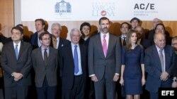 Los príncipes de Asturias posan junto al escritor nicaragüense Sergio Ramírez (i), el secretario de Estado de Cultura, José María Lasalle (2i), el Nobel de Literatura Mario Vargas Llosa (3i) y el secretario general iberoamericano, Enrique Iglesias (d), qu