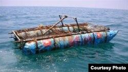 Balsas vacías han sido encontradas por navegantes en el estrecho de la Florida, un indicio de que sus ocupantes habrían perecido. Cuando son rescatados, los guardacostas las destruyen.