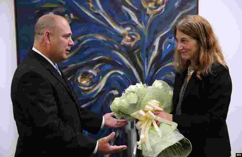El ministro de Salud deCuba, Roberto Morales (i), y la secretaria de Salud y Servicios de EE.UU., Sylvia Burwell (d), se reúnen en La Habana Cuba.