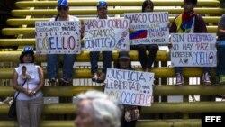 Simpatizantes de la oposición participan en una manifestación en contra del gobierno nacional en la plaza Brión de Chacaito en Caracas