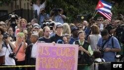 Personas que asisten a la ceremonia de reapertura de la embajada cubana en Washington.