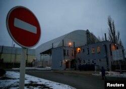 La nueva estructura de confinamiento seguro sobre el viejo sarcófago que cubre el cuarto reactor dañado en la central nuclear de Chernóbil.