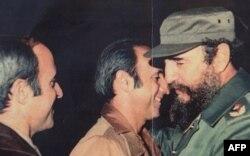Fidel Castro en compañía del coronel de Tropas Especiales Antonio De La Guardia (C) y su hermano el general Patricio de la Guardia.