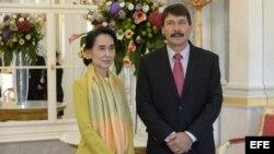 El presidente de Hungría, János Áder (d), recibe a la premio Nobel de la Paz y activista birmana, Aung San Suu Kyi (i), en el Palacio Alexander de Budapest (Hungría).
