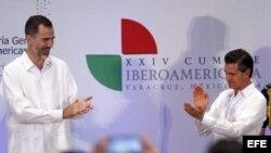 El Rey Felipe VI acompañado por el presidente de México, Peña Nieto (d), durante su participación en la clausura del X Encuentro Empresarial Iberoamericano, que se celebra en la ciudad mexicana de Veracruz, en el marco de la XXIV Cumbre Iberoamericana. EFE/JuanJo Martin.