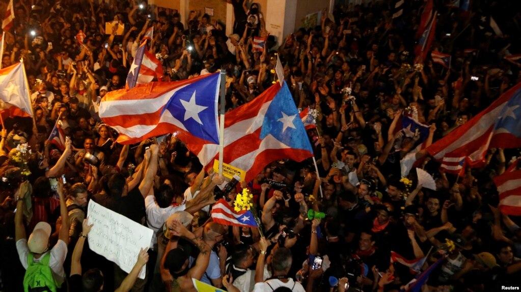 Boricuas celebran el anuncio de la renuncia del gobernador Rosselló. REUTERS/Marco Bello