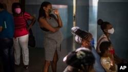 Una mujer embarazada espera para recibir una dosis de la vacuna Abdala cubana contra COVID-19 en una clínica en La Habana. (AP Foto/Ramon Espinosa)